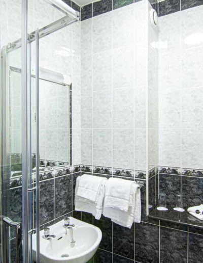 Bathroom with shower in Dublin Citi Hotel